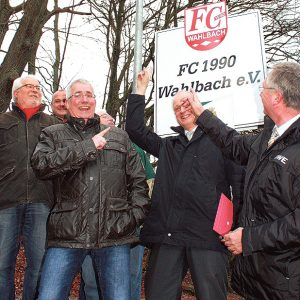 Vertreter von Verein, RWE und Gemeinde freuen sich über die sichere Anbindung des Sportplatzes in Wahlbach. Foto: dibi