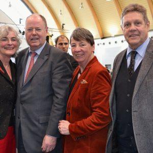 Führen gemeinsam die nordrhein-westfälische Landesliste der SPD zur Bundestagswahl 2013 an: SPD-Kanzlerkandidat Peer Steinbrück (2.v.l.), Bundesschatzmeisterin Dr. Barbara Hendricks (2.v.r.) und die südwestfälischen Bundestagsabgeordneten Willi Brase (r.)