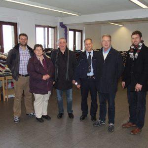 Ricardo Sichert (Einrichtungsleiter), Tanja Wagener (MdL), Falk Heinrichs (MdL), Gunter Edelmann (Polizei Burbach), Wolfgang Kasper (Vorsitzender der SPD-Fraktion Burbach) und Peter Buchholz (European Homecare GmbH) (v.l.n.r.) in der Kleiderkammer der Not