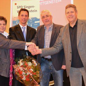 Die Abgeordneten Tanja Wagener (l.), Falk Heinrichs (2.v.r.) und Willi Brase (r.) sicherten Andreas Müller (2.v.l.) ihre volle Unterstützung zu. Zuvor hatten sich ein außerordentlicher Unterbezirksparteitag und eine Wahlkreisdelegiertenkonferenz einstimmi