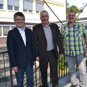 Auf Einladung der Schulleitung besuchte Falk Heinrichs (SPD-MdL) jetzt das Berufskolleg Wirtschaft und Verwaltung in Siegen. Seine Gesprächspartner waren Oberstudiendirektor Karl-Heinz Bremer (l.) und Studiendirektor Thomas Hartmann (r.).