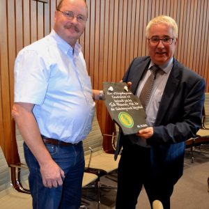 Gerrit Hackbarth (l.), Vorsitzender des Bürgerbusvereins Erndtebrück, überreichte Falk Heinrichs als Dank für die Einladung in den Landtag eine individuell gestaltete und beschriftete Wittgensteiner Schieferplatte.