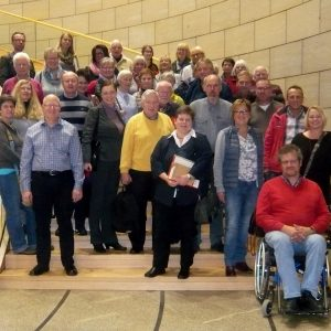 Auf Einladung der SPD-Landtagsabgeordneten Tanja Wagener (vorne Mitte) besuchte eine Gruppe, bestehend aus Mitgliedern der Schwerbehindertenvertretungen aus den Kommunen des Kreises Siegen-Wittgenstein, Sportlerinnen des TuS AdH Weidenau und einigen Priva