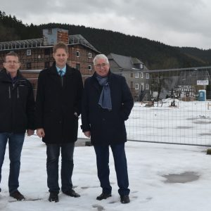 Der SPD-Landtagsabgeordnete Falk Heinrichs (r.) ließ sich in Arfeld von Waldemar Kiel (l.) und Volker Sonneborn (Mitte) über das Regionaleprojekt 'Zentrum Via Adrina' informieren.
