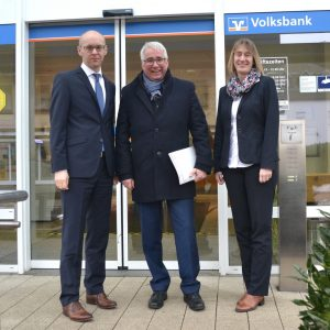 In Bad Berleburg traf sich der SPD-Landtagsabgeordnete Falk Heinrichs (Mitte) mit den Vorständen der Volksbank Wittgenstein, Kai Wunderlich (l.) und Kerstin Lauber (r.), zu einem gemeinsamen Gespräch.