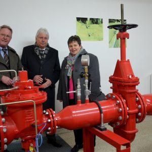 SVB-Geschäftsführer Alfred Richter (Mitte) und Bernd-Dieter Ferger (l.) stellten Tanja Wagener (MdL) die besonders leistungsstarke Gasübernahmestation auf dem Siegener Lindenberg vor.