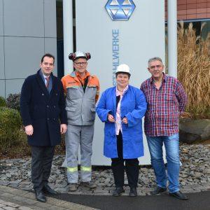 Mathias Rist, Geschäftsführer des Bereichs Controlling der DEW, Ernst Brühl, Leiter des Stahlwerkes am Standort Siegen und Roland Schmidt, Betriebsratsvorsitzender der DEW am Standort Siegen (v.l.n.r.) standen der SPD-Landtagsabgeordneten Tanja Wagener (2
