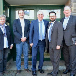 Trafen sich mit weiteren Parteifreunden im Erndtebrücker SPD-Büro zu einer politischen Gesprächsrunde: (v.l.n.r.) Christel Rother, Tim Saßmannshausen, Falk Heinrichs (MdL), Justizminister Thomas Kutschaty und Volker Münchow (MdL)